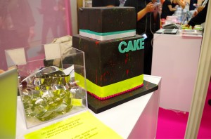 gâteau sur stand cake and bake