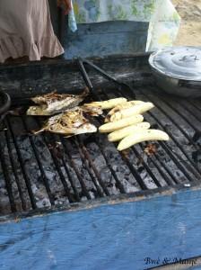 Au marché au poisson: poissons et bananes verte grillées