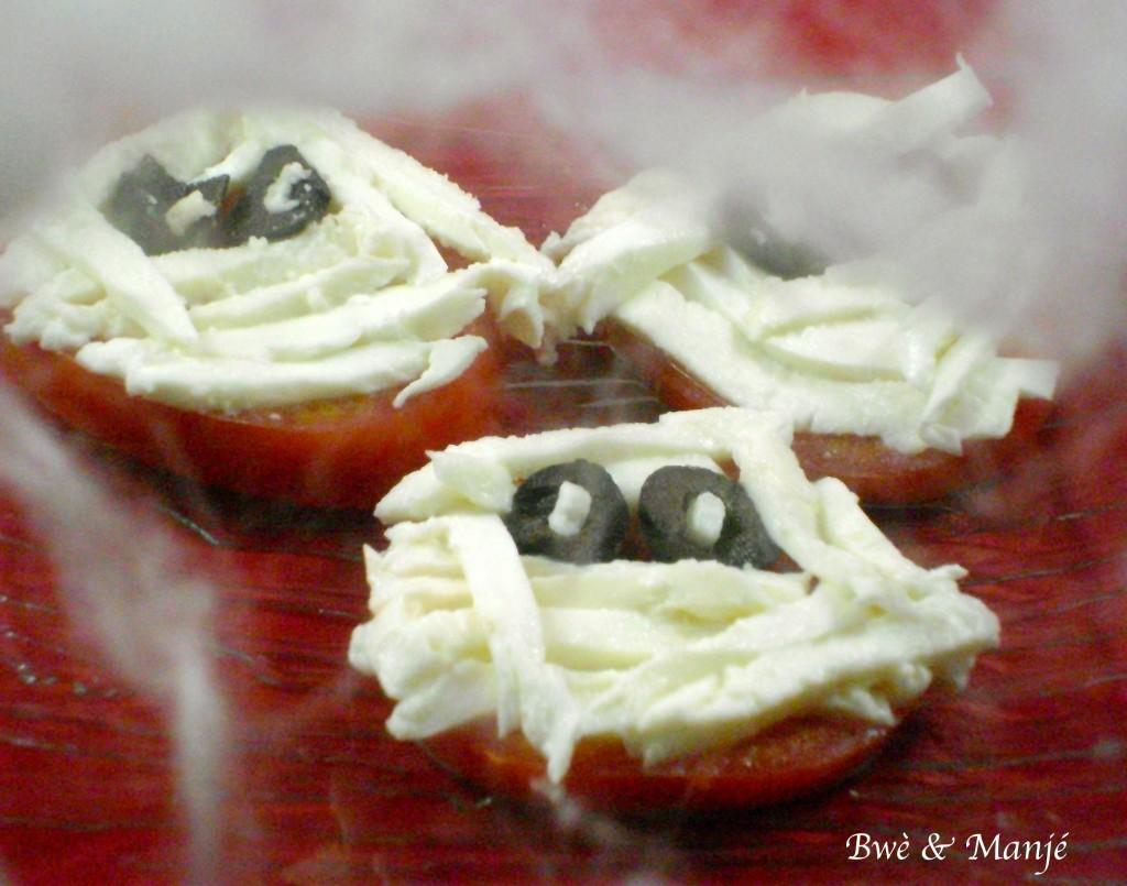Tomate-mozza version tête de momie (entrée d'halloween)