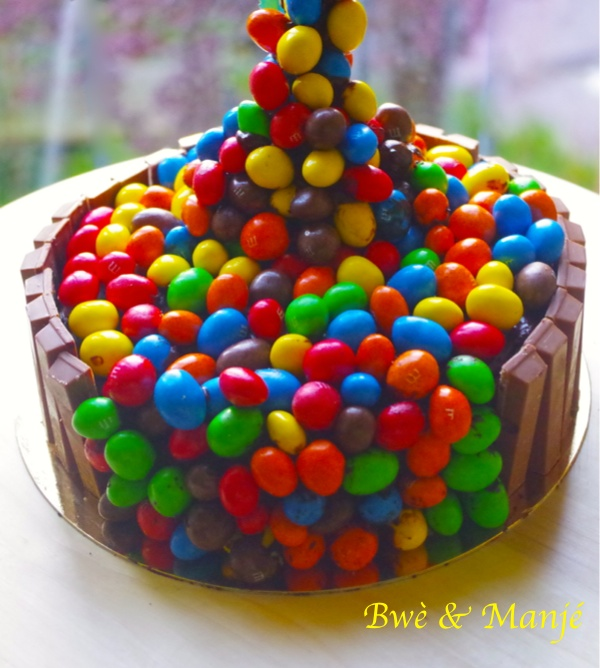 Gravity cake m&m's® (molly cake et ganache au chocolat)